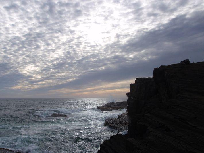 Laje escura de rocha no Atlântico