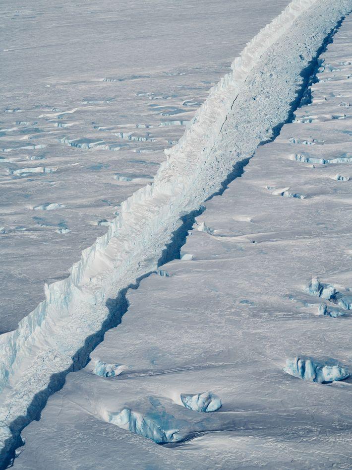 A fissura que separa o icebergue B-46 da plataforma do glaciar de Pine Island na Antártida ...