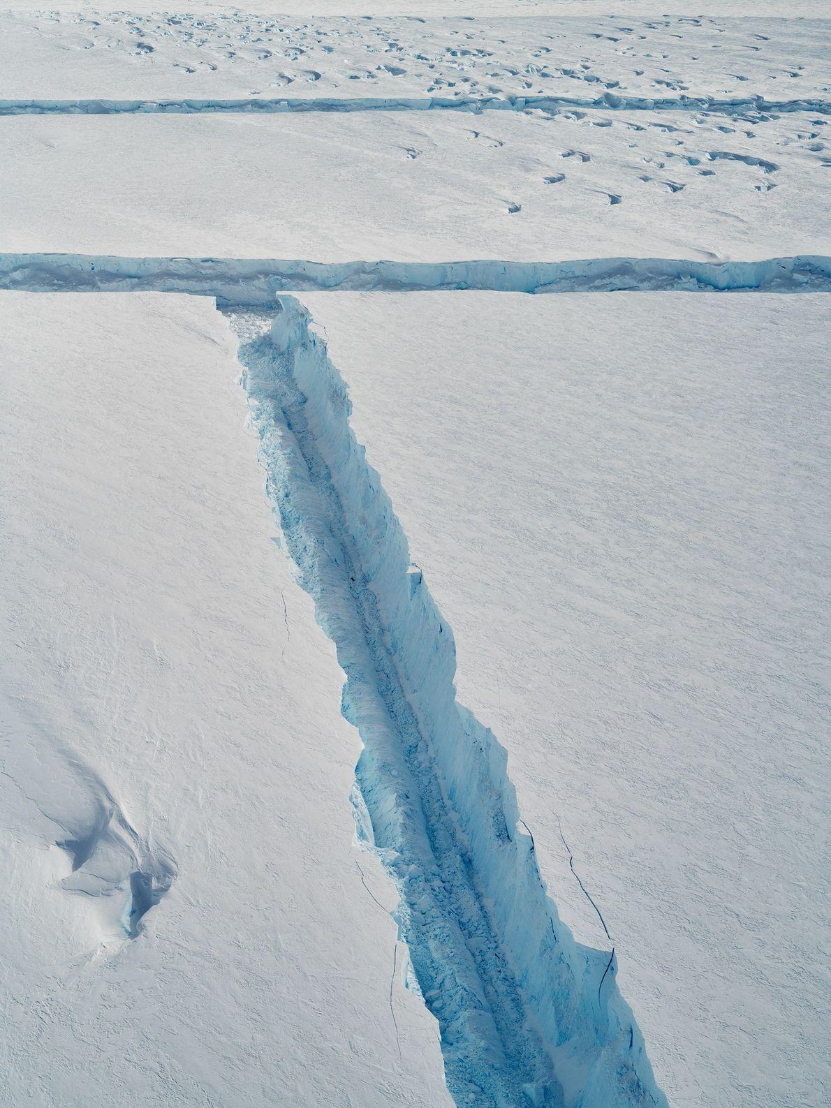 À medida que o B-46 se solta, o gelo quebradiço solta-se por vezes em ângulos retos.