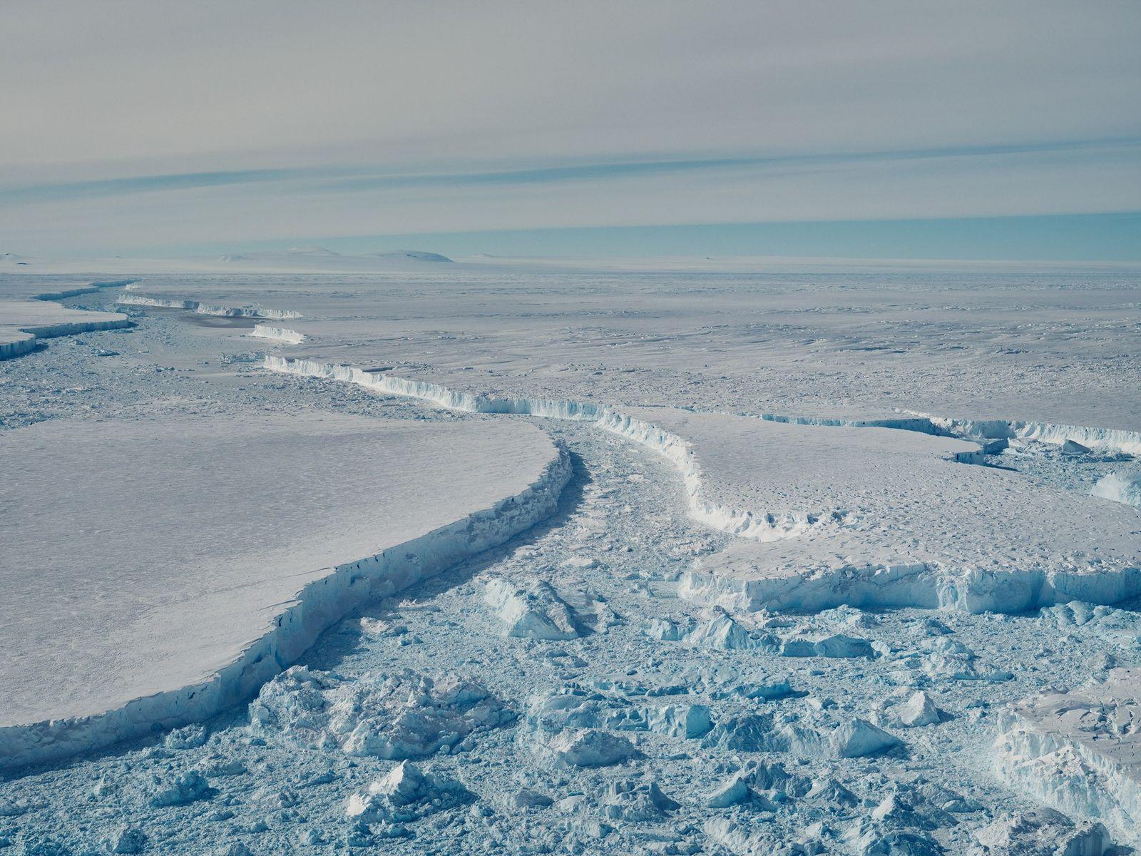 Grandes secções do B-46 flutuam em frente à plataforma de gelo de Pine Island. Os cientistas ...