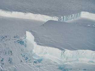 Voando a 1500 pés de altitude, o avião da NASA sobrevoou o novo icebergue B-4, obtendo ...
