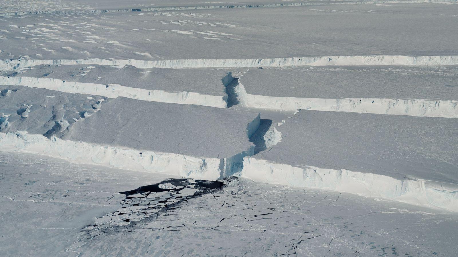 """Desfiladeiros de gelo sinuosos marcam o limite do novo icebergue, batizado de """"B-46"""", à medida que ..."""