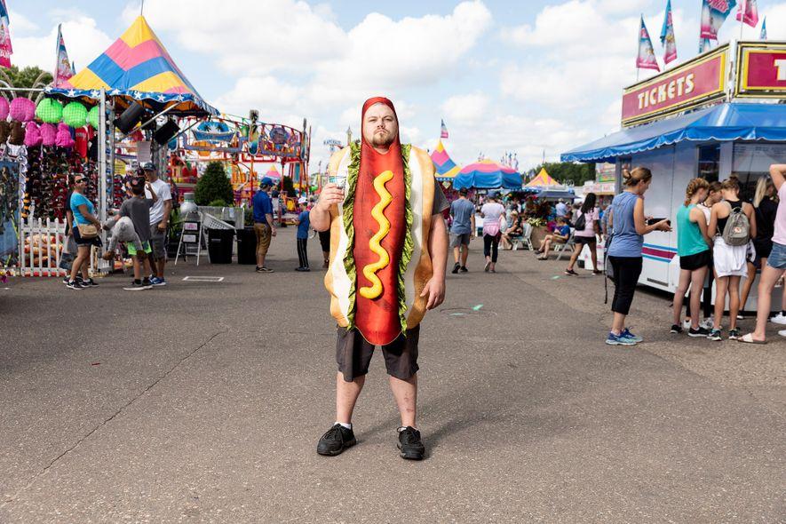 Sal Thegal vestido de cachorro-quente, na Feira Estadual do Minnesota, no dia 23 de agosto de ...