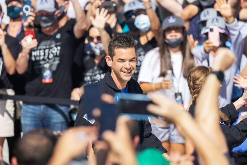 O comandante da missão Inspiration4, Jared Isaacman, atravessa a multidão a caminho da preparação para o ...
