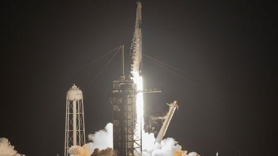 Um foguetão Falcon 9 da SpaceX é lançado com a missão Inspiration4 a bordo, enquanto a ...