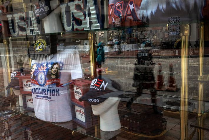 17 de janeiro de 2021: Uma loja de souvenirs aberta, apesar do reforço de segurança perto ...