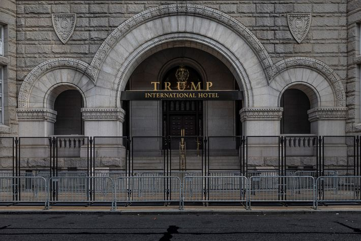 15 de janeiro de 2021: Uma barricada dupla cobre a entrada do Trump International Hotel em ...