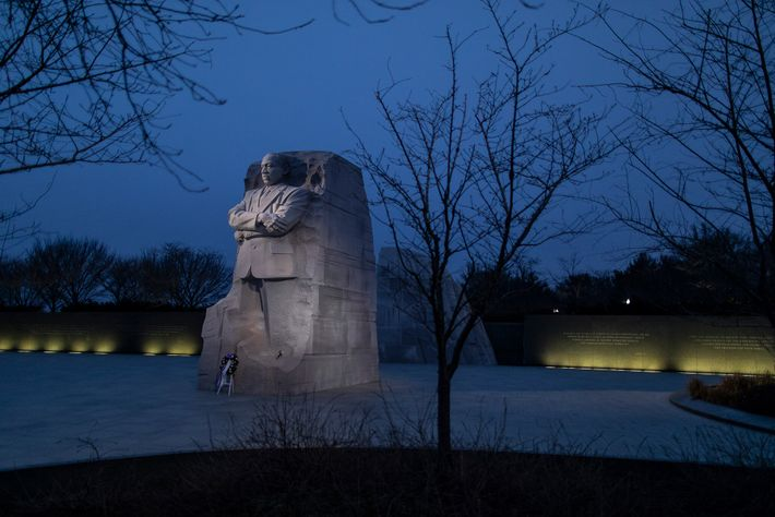 15 de janeiro de 2021: Uma coroa de flores solitária adorna a base do Memorial Martin ...