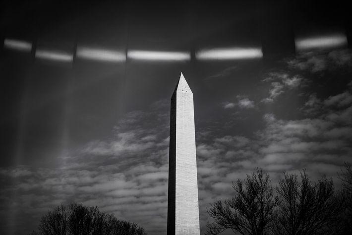 16 de janeiro de 2021: Luz refletida nas vedações erguidas em torno do Monumento de Washington ...