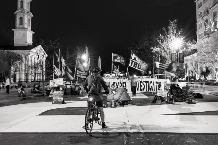 16 de janeiro de 2021: Bandeiras e música estridente na Black Lives Matter Plaza – um ...