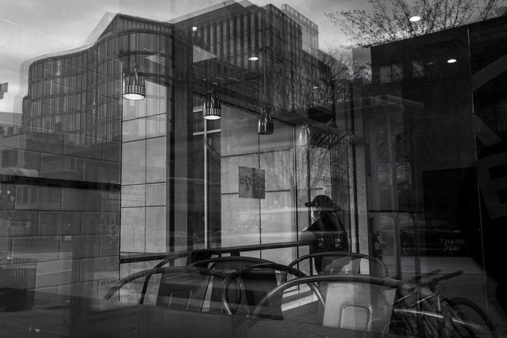 19 de janeiro de 2021: A funcionária de um restaurante olha pela janela enquanto a polícia ...