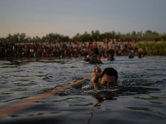 Uma lei obscura, agora controversa, está a ser usada para expulsar milhares de migrantes nos EUA