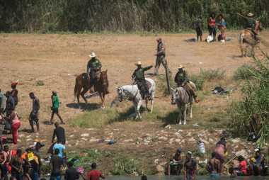 Agentes a cavalo da Patrulha Fronteiriça dos EUA