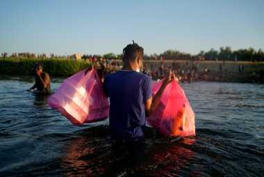 Migrantes haitianos atravessavam o Rio Grande com mantimentos
