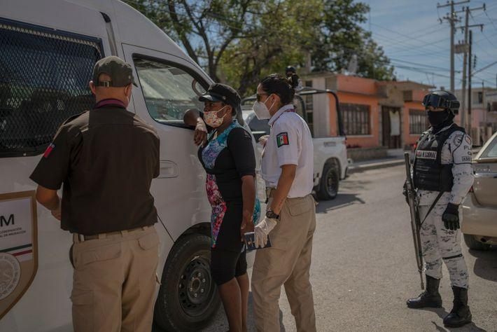 Um migrante haitiano é detido por agentes mexicanos de imigração em Ciudad Acuña, no México, depois ...
