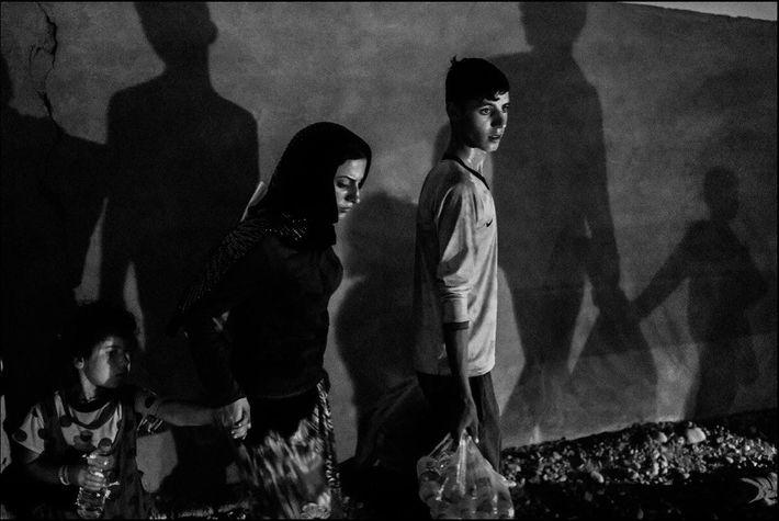 Uma família de yazidis deslocadas de Sinjar fogem do avanço do Estado Islâmico para chegar ao ...