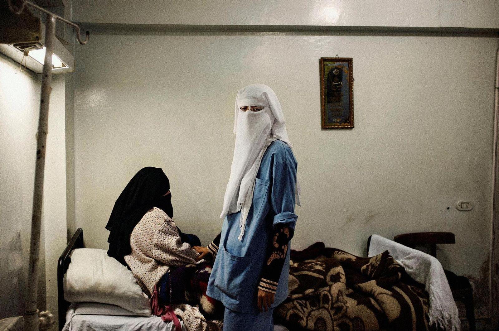 Uma enfermeira e seu paciente em uma clínica de bairro operada pela Irmandade Muçulmana. Cairo, Egito. ...