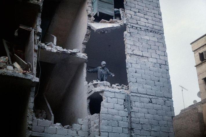 Consequências de uma bomba barril numa área residencial de Aleppo. Aleppo, na Síria. De março de ...