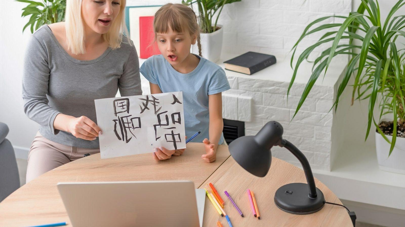 Mãe e filha - aprender novos idiomas