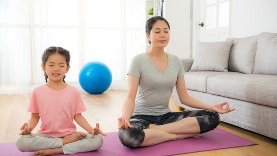 Mãe e filha praticam - meditação