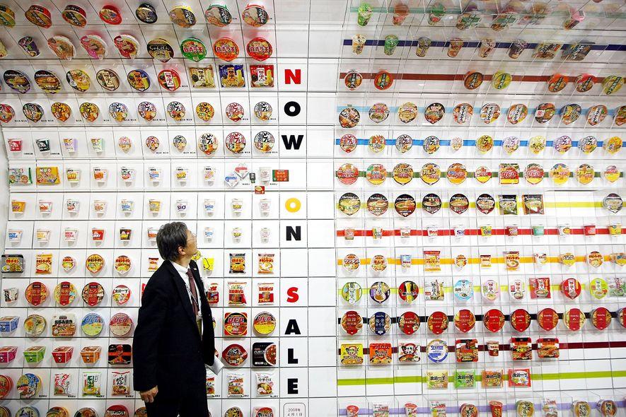 A exposição Túnel de Noodles Instantâneos exibe aproximadamente 800 pacotes de noodles, mostrando a evolução do ...