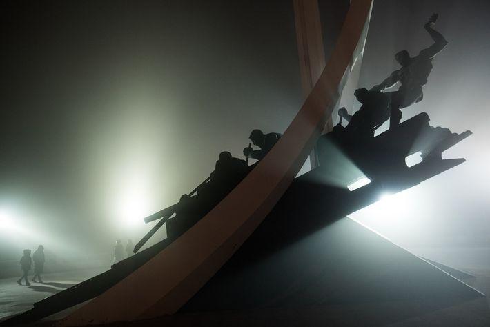Um monumento encoberto por um anoitecer enevoado em Dandong, na China