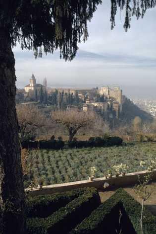 Alhambra, um palácio e fortaleza moura em Granada, Espanha, foi descrito pelos poetas como sendo uma ...