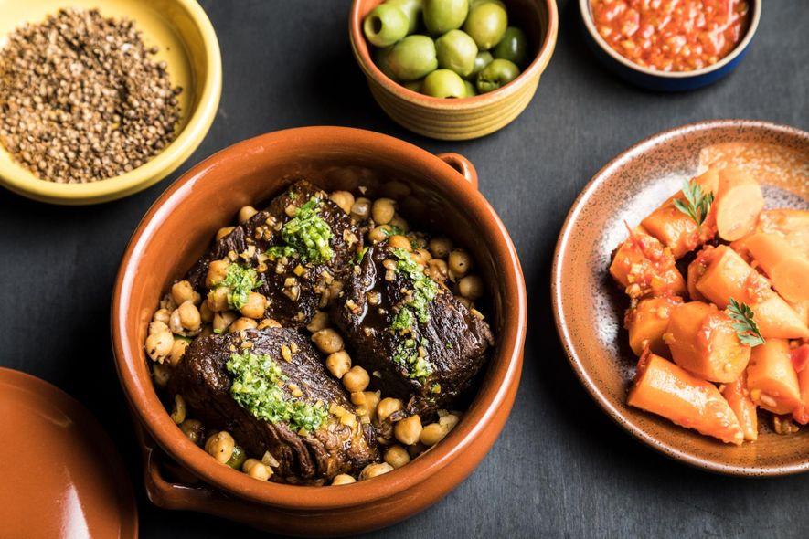 Bife do acém estufado com ras el hanout, grão-de-bico e harissa verde.