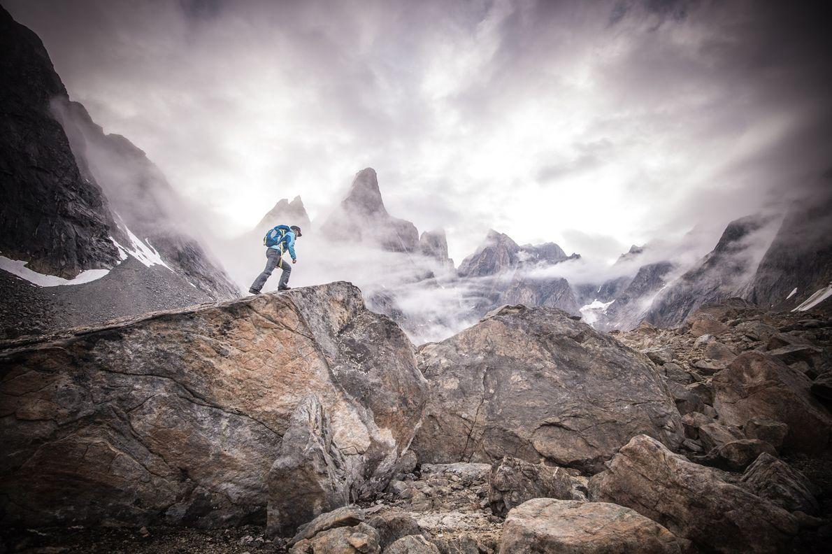 No sudeste da Gronelândia, Libecki escala terreno rochoso. A Gronelândia Oriental tem algumas das montanhas mais ...