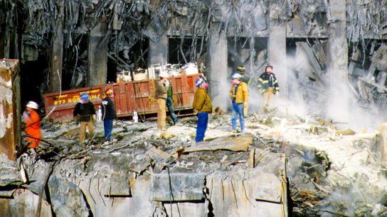 Equipas de limpeza trabalham nos escombros do Ground Zero