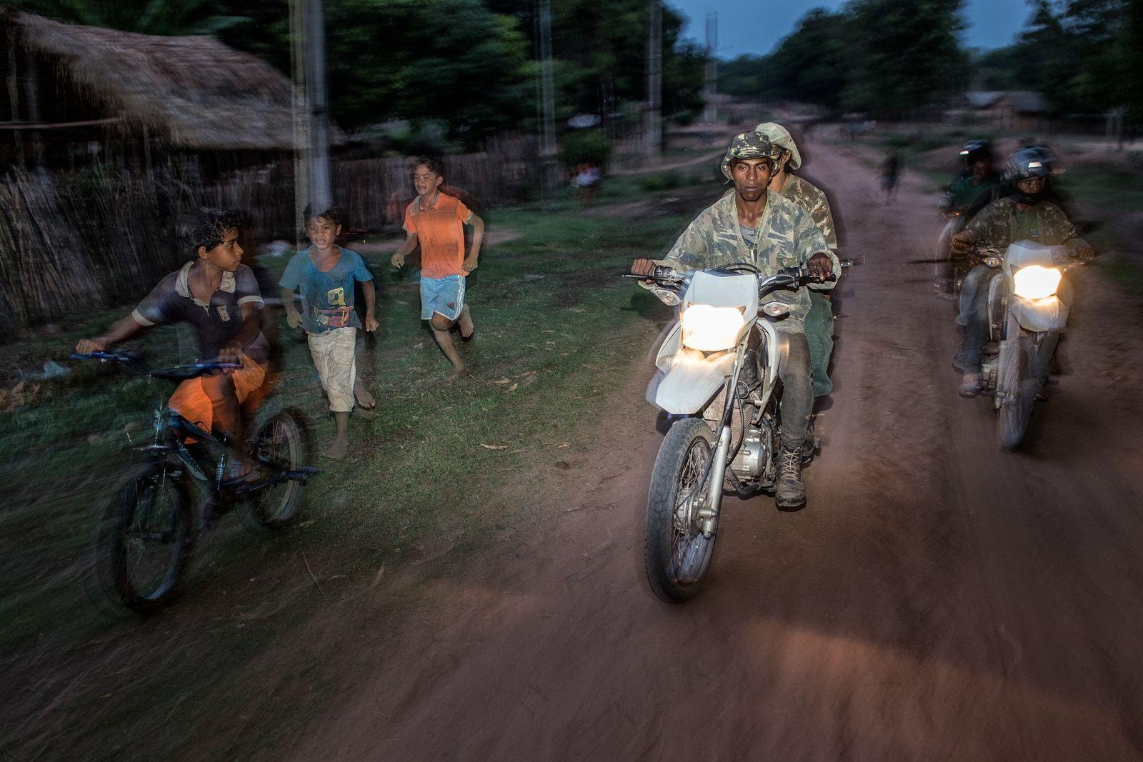 Um grupo de Guardiões da Floresta da tribo Guajajara em patrulha no Território Indígena Arariboia, no ...