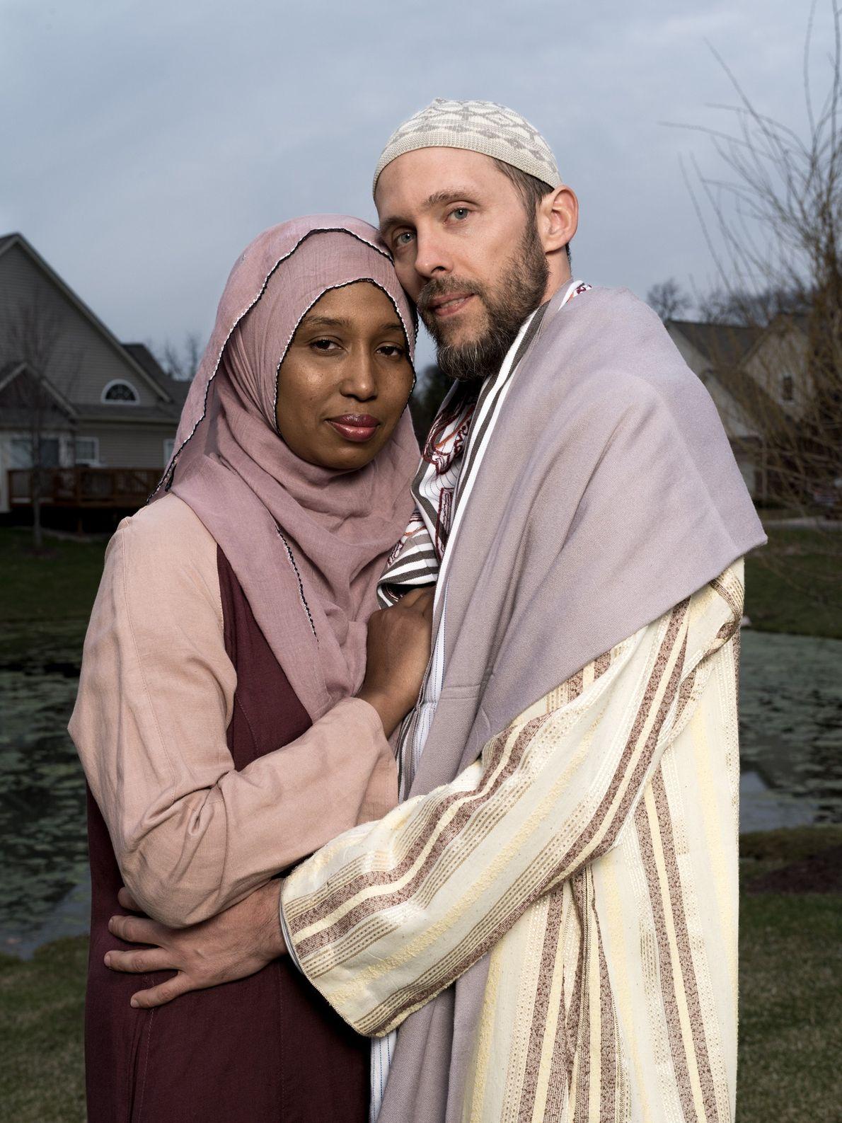 Kamilah Munirah Bolling e Adil Justin Cole junto à sua casa em Farmington Hills, no Michigan. ...