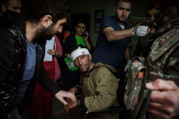 Profissionais médicos do Centro Médico Republicano em Stepanakert cuidam de um ferido que luta no lado ...