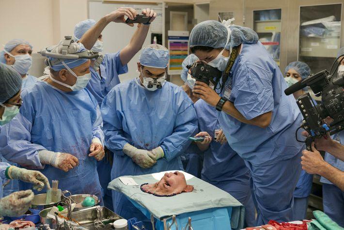 tarefa de remover o rosto de uma doadora de órgãos