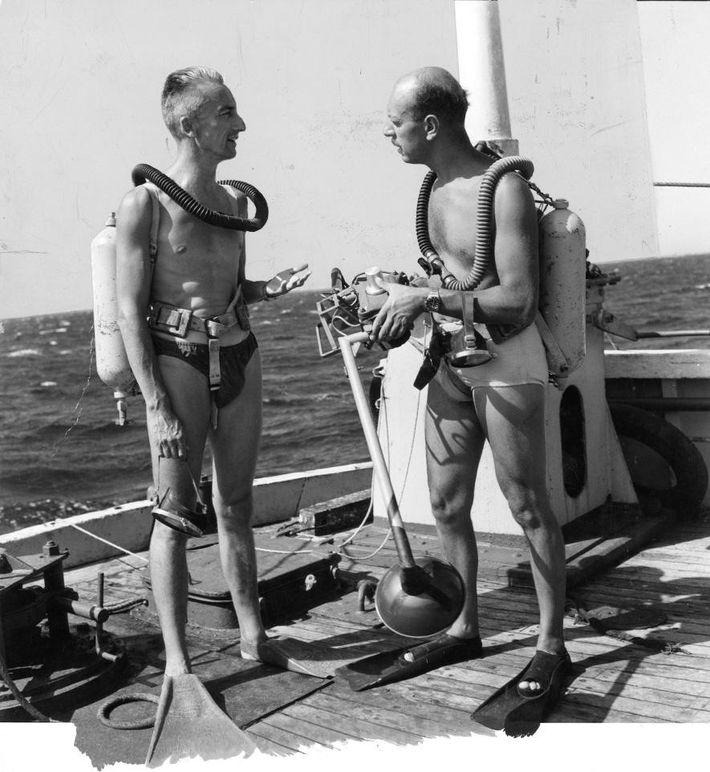 Jacques Cousteau transmite explicações a Luis Marden antes de mergulhar com o Aqualung.