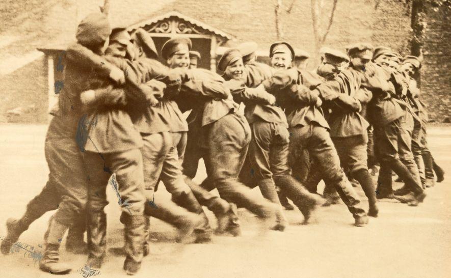 Os soldados do Batalhão da Morte Feminino da Primeira Guerra Mundial praticam luta livre.