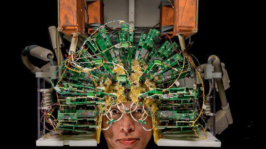 engenheiro usa um capacete de sensores