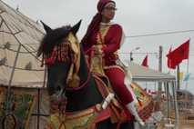 El Jadida acolhe corridas de cavalo. Nesta imagem, Donia Gara, a campeã Tbourida ou Fantasia 2011 montada no seu ...