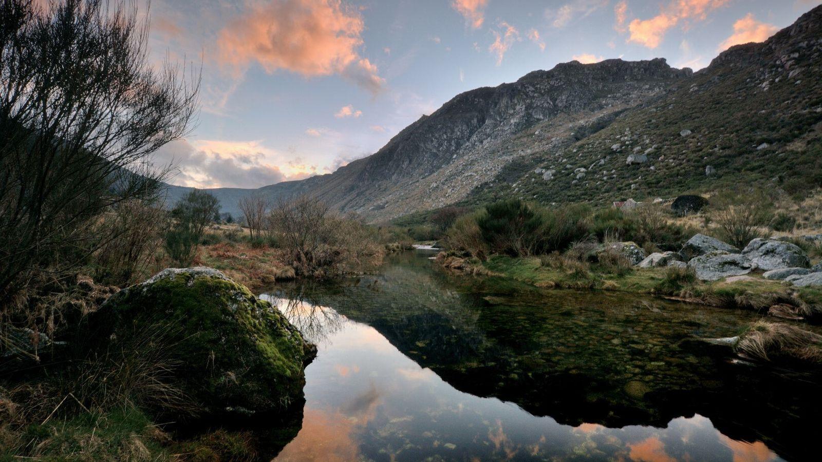 Pôr do sol numa região montanhosa de Portugal