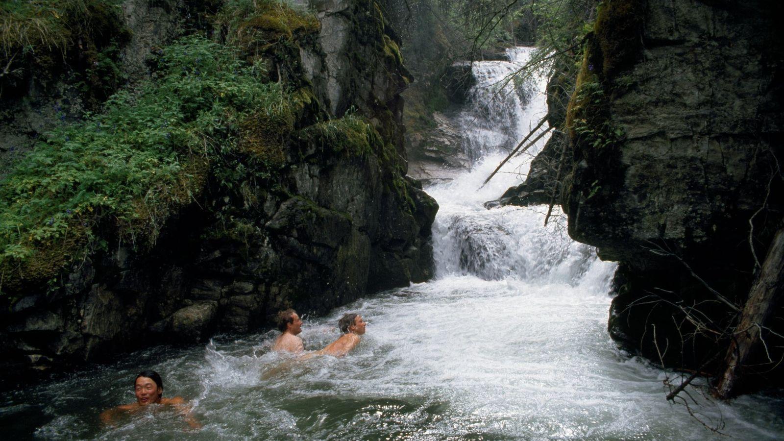 Caminhantes nadam nas águas frias de Steamboat Creek