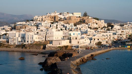 Sente-se à Mesa Como Um Deus Grego Nesta Ilha Banhada Pelo Sol