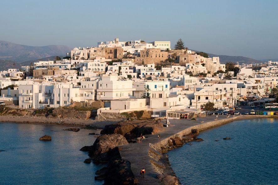 """A luz do sol atravessa a """"chora"""", ou cidade principal, de Naxos. A maior das Ilhas ..."""