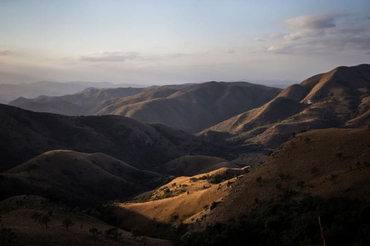MONTANHAS DE BARBERTON MAKHONJWA  As formações rochosas vulcânicas e sedimentares das montanhas de Barberton Makhonjwa, na …