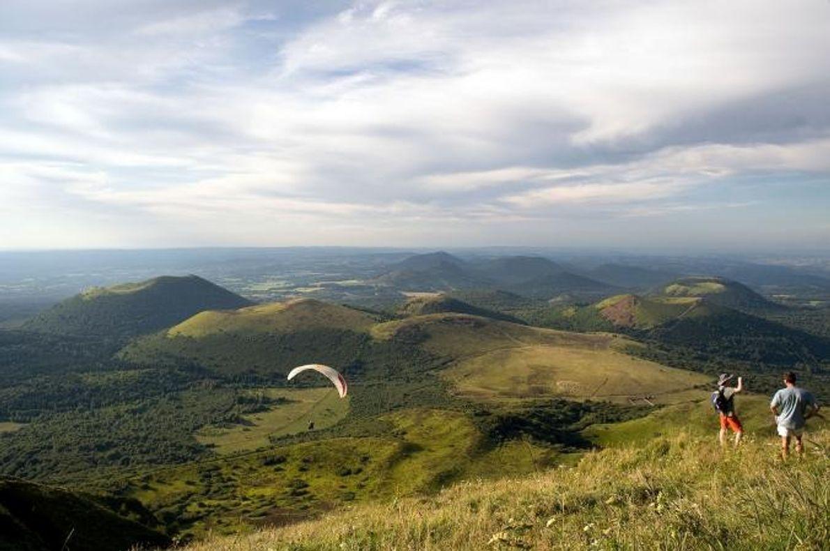 CHAÎNE DES PUYS Na região central de França, um conjunto de cumes de lava e cones de …