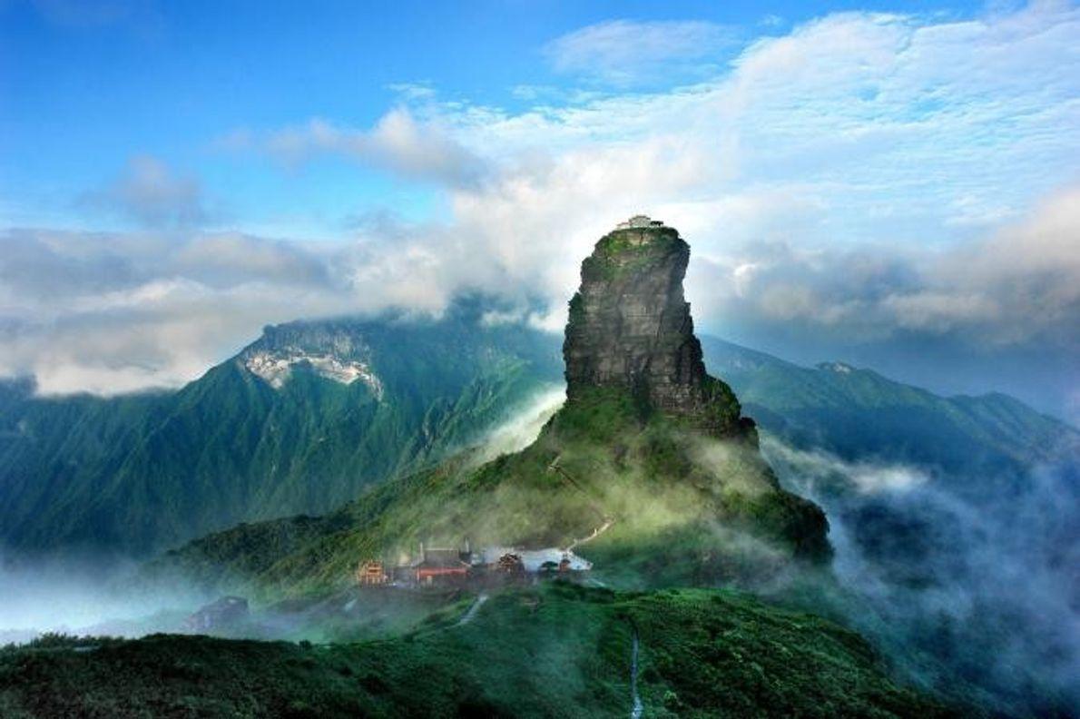 FANJINGSHAN Fanjingshan, o cume mais alto das montanhas de Wuling, na China, é um local sagrado do …