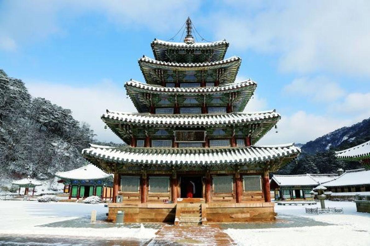 MOSTEIROS BUDISTAS DE MONTANHA Distribuídos pela península da Coreia, os sansa são sete mosteiros budistas de montanha, …