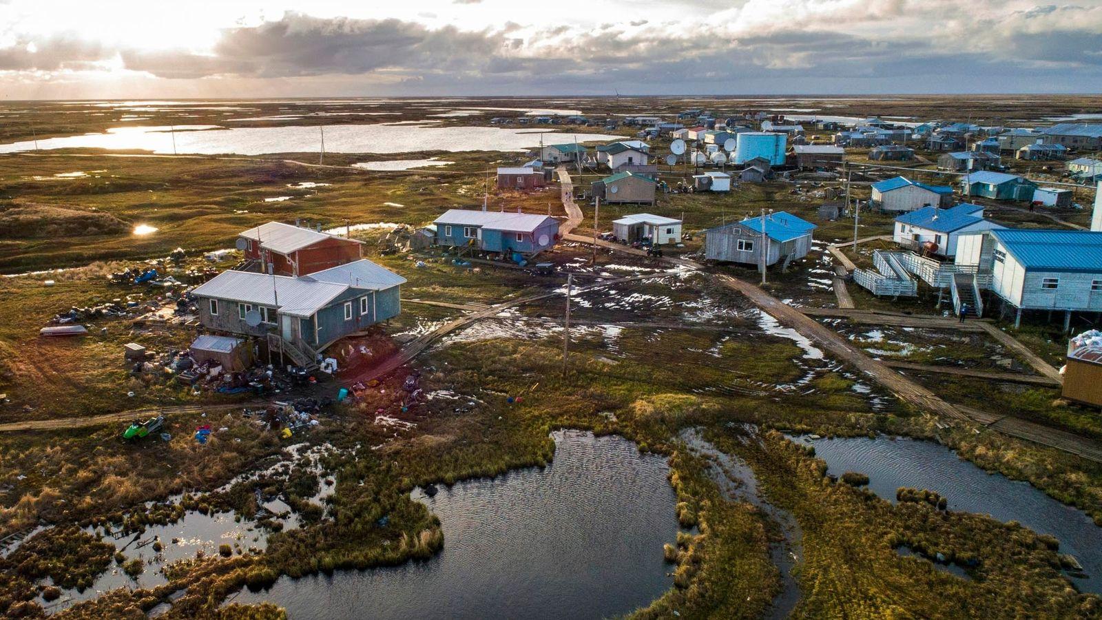 A aldeia de Newtok, no Alasca, é ladeada pelos rios Ninglik e Newtok. A aldeia, nesta ...