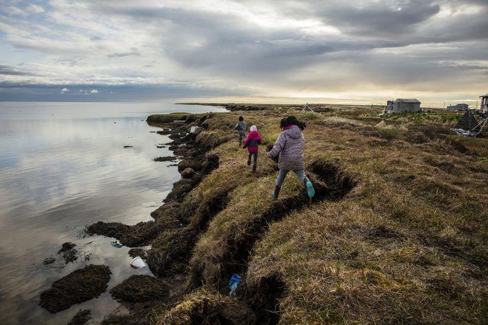 A erosão já eliminou mais de 1 km de terra em Newtok, com o degelo do ...