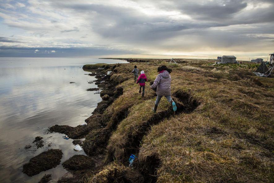 A erosão já eliminou mais de 1 km de terra em Newtok, com o degelo do pergelissolo a acentuar rapidamente este processo.