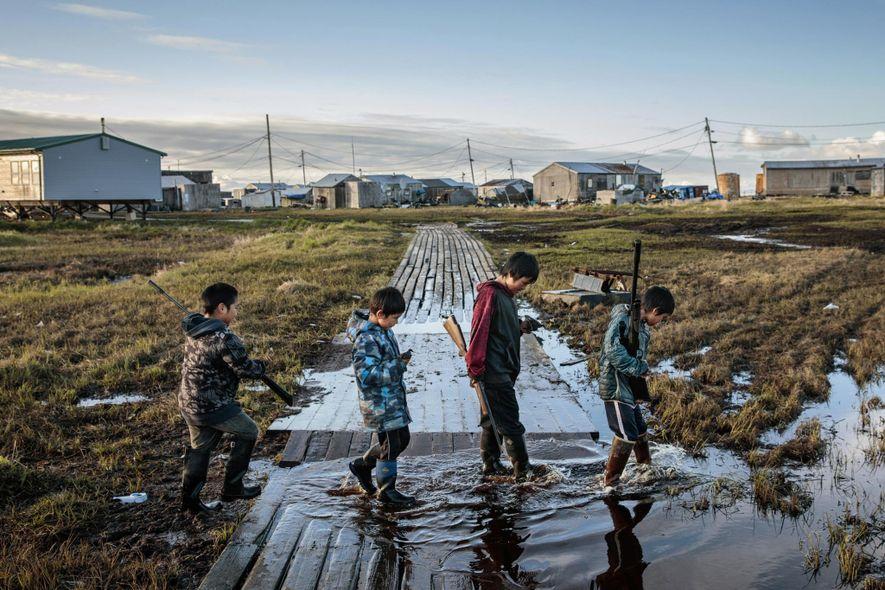 Não é a primeira vez que esta comunidade é obrigada a mudar-se. Em 1949, a Agência de Assuntos Indígenas (BIA) construiu escolas em todas as comunidades nativas do Alasca, depois de décadas onde as crianças eram obrigadas a sair de casa para frequentar internatos. Na altura, a BIA escolheu o local onde agora fica Newtok para estabelecer a comunidade Yup'ik.